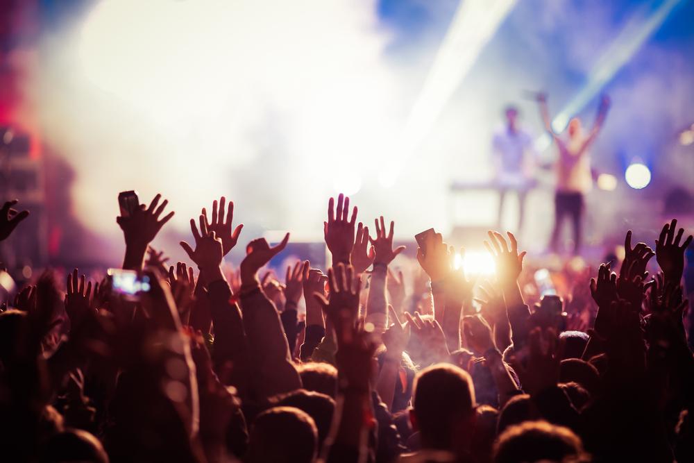 Те са млади, голи по душа на сцена, и нахални само по време на брейнсторминг сесия за избор на сингъл. Често търсят публиката си в метрото или на някоя автобусна спирка, където до скоро са изкарвали джобните си с музика.