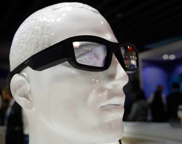 """Очила за добавена реалност – всеки Световен мобилен конгрес ни показва все повече и повече от тях. Тази година AR очилата като че """"се приземиха"""": те изглеждаха като нещо съвсем обичайно за мобилните технологии, почти като смартфоните и фитнес гривните."""