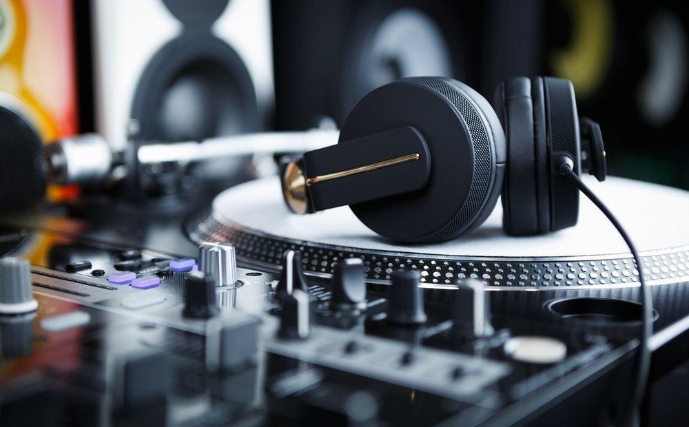 """Тази вечер """"Господ е DJ"""" – цитатът от едноименния хит на Faithless е пророчески за глобалния музикален пейзаж в момента. Едно момче с голям хит, пулт и чифт слушалки може да рестартира сетивата на публика от минимум 20000 души в арена, която до преди няколко години е била считана за досегаема само за рок звезди."""