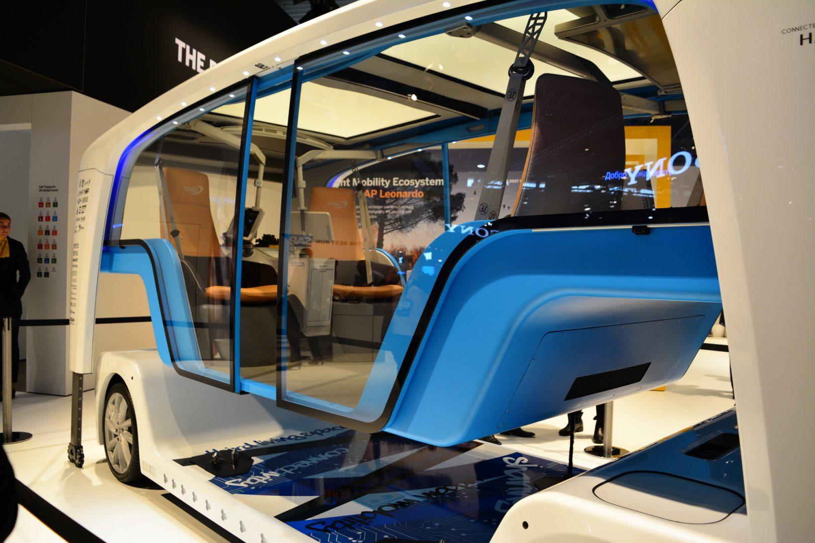 Този многофункционален безпилотен минибус е предназначен да вози няколко пътника едновременно. Разработен е от Rinspeed в партньорство с около 25 компании. Той е с изцяло електрическо задвижване и много повече прилича на малък градски автобус, отколкото на кола. По-интересното е, че той може да се превръща в товарно превозно средство. За целта корпусът на возилото може да се повдига над шасито, за да е лесно товаренето на стоките.