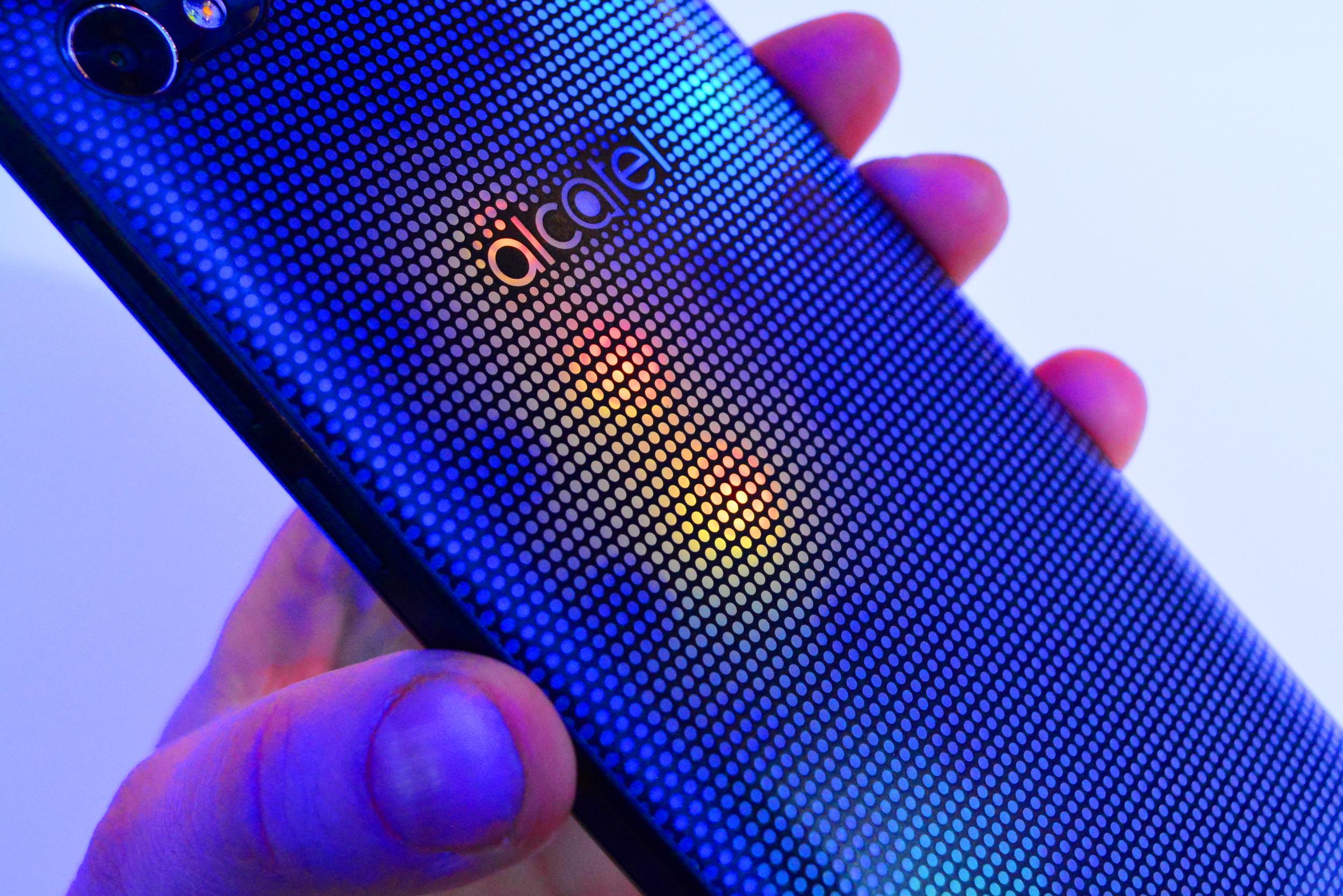 """Alcatel A5 Цветната LED """"одежда"""" на Alcatel A5 приковава погледите А1 Блог"""