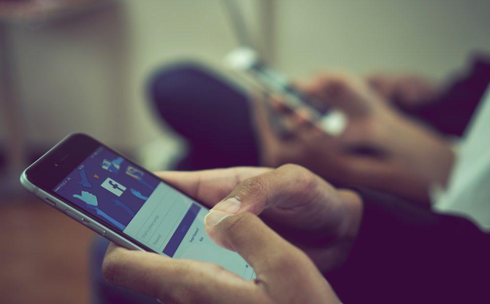 През последните месеци темата доколко социалните мрежи са пристрастяващи стана доста актуална. Недоволство срещу Facebook провокираха твърдения в мрежата, че компанията съзнателно разработва услугите си така, че да задържа максимално дълго вниманието на потребителите.