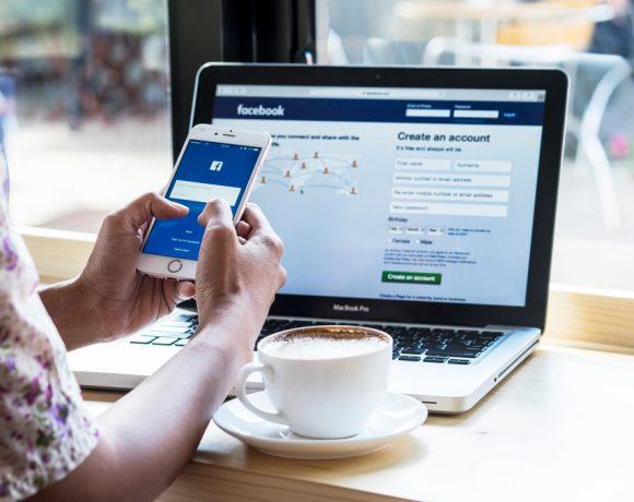 Facebook не може да се похвали с големи успехи през изминалата година. Компанията се оказа в спирала на практически ежемесечни скандали, които ѝ костваха голяма част от репутацията. Сега тя е гледана постоянно под лупа и всяко нейно действие е обект на критики.