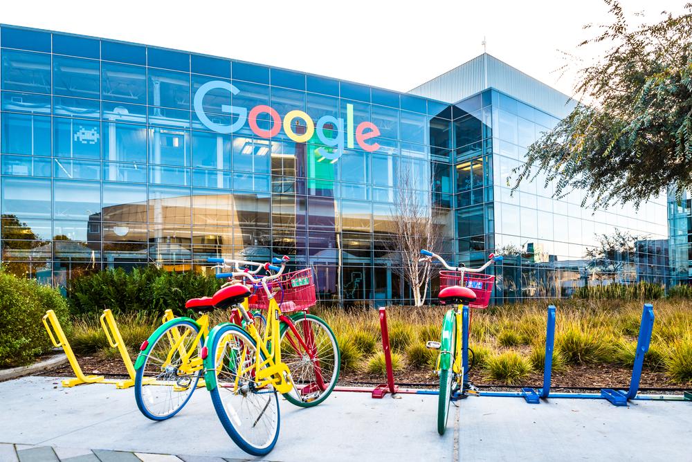 """Google обяви, че успешно е защитила всичките си над 85000 служители от т.нар. phishing атаки вече повече от година. """"Ключът към успеха"""" се оказа доста буквален. В опит да защити служителите си възможно най-добре, Google иска всички те да използват физически """"секюрити ключ""""."""