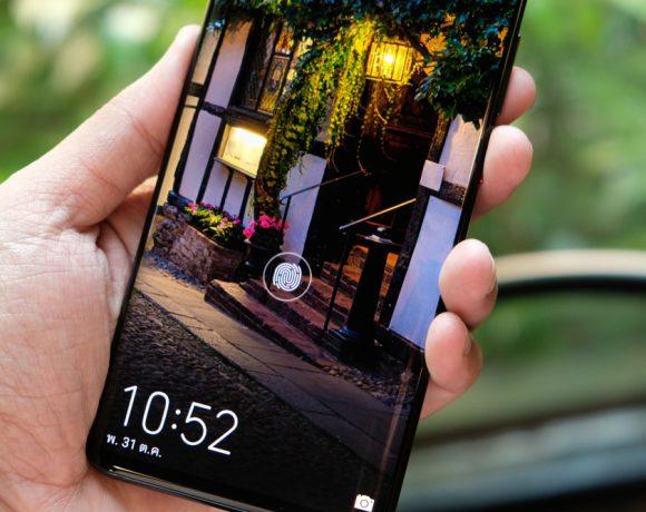 Huawei Mate 20 Pro определено е смартфонът с най-много функции сред всички android устройства на пазара. Дизайнът наистина прави впечатление, а въпреки 6.39-инчовия екран Mate 20 Pro е удобен за употреба. Вижте всичко, което си струва да знаете за Huawei Mate 20 Pro, в нашето видеоревю.