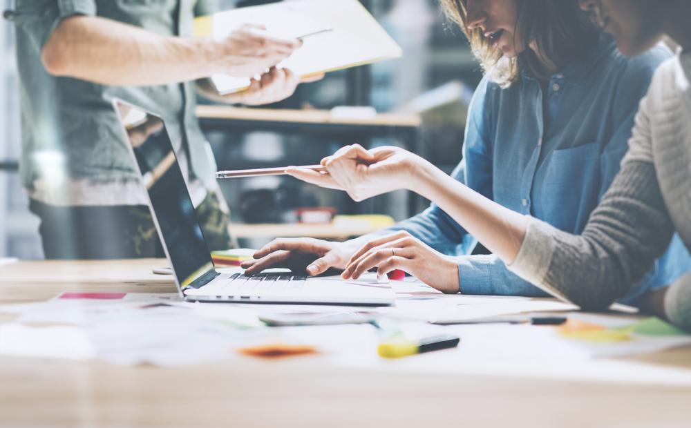 """Има лесни начини, чрез които можете да подобрите продуктивността си в офиса посредством технологиите, независимо дали офисът е от типа """"отворено"""" пространство или е разделен на отделни кабинети или стаи. Ето няколко идеи, които ще ви помогнат да бъдете по-продуктивни в офиса."""