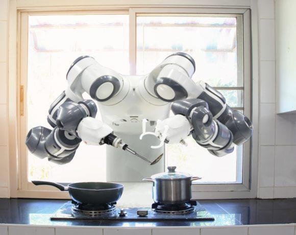 Една от най-популярните прогнози за бъдещето на технологиите е масовото навлизане на роботи в ежедневието. За да се случи това обаче, не технологията трябва да е готова, а самите хора. Последните години обаче показват, че хората като цяло не са готови за роботи, но притесненията им не са главно за работните им места.