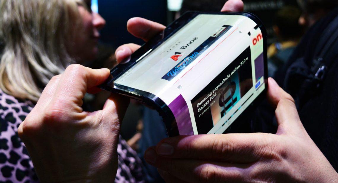 """Гъвкавите дисплеи са безспорният хит на тазгодишното """"ревю"""" на новите мобилни технологии. Очаквани с нетърпение, представянията предизвикаха еуфория, докараха анализаторите до лудост и определено разтресоха всички."""