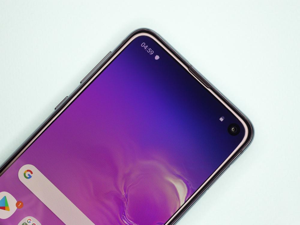 """Samsung Galaxy S10e се появи точно навреме, за да вдъхне надежда тези, които искат да имат флагман, събран в компактни размери. Достъпната версия на Galaxy S10 серията идва с мощен процесор, камера, която ще ви вдъхнови да снимате постоянно, и батерия с функция PowerShare. Струва ли си да го имате? Доближава ли се до класата своите по-големи """"събратя""""? Потърсете отговорите в специалното ревю, което заснехме."""