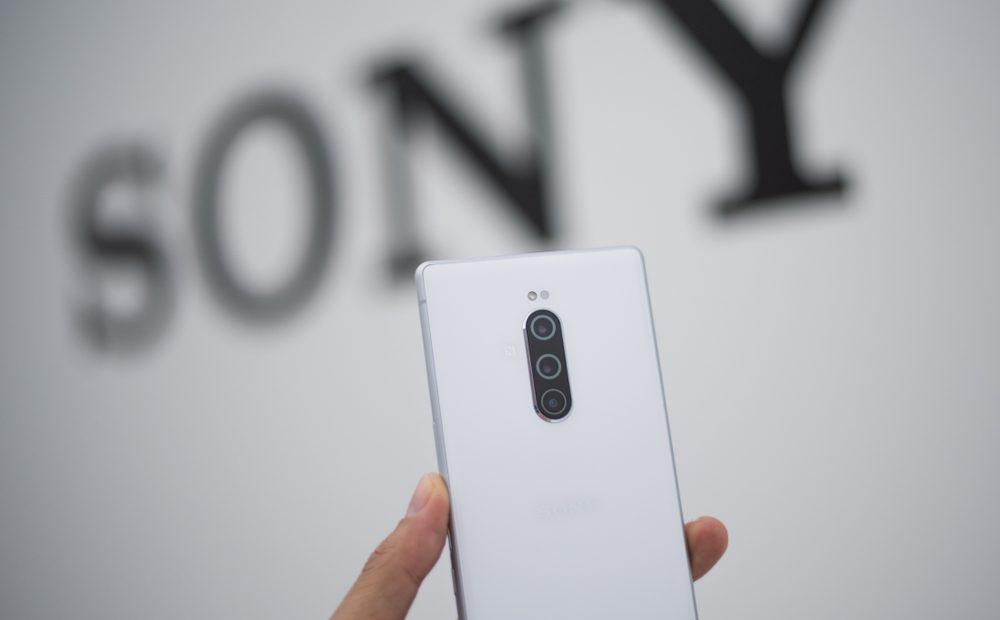 Sony Xperia 1 идва с амбицията да спечели сърцата на всички киномани. Как ли? С първия по рода си 6,5-инчов 21:9 CinemaWide 4K HDR OLED дисплей, който го прави много удобен за гледане на филми благодарение на кинематографската си пропорция.