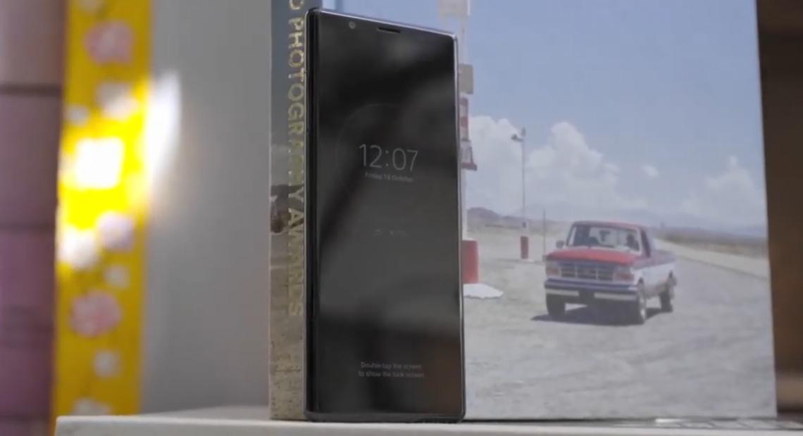"""Sony Xperia 5 е тук и смело заявява """"размерът не е от особено значение"""". Компактен и удобен за употреба, смартфонът следва елегантния дизайн, типичен за Sony. Определено Xperia 5 е устройство със собствен почерк и няма как да останете незабелязани с него."""
