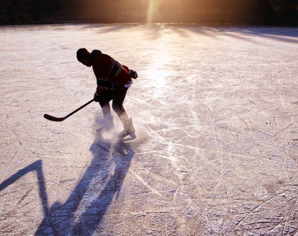 """Преди 10 години звездите на хокейния """"Чикаго Блекхоукс"""" спечелиха сърцата на всички фенове на спорта в Северна Америка само с един жест."""