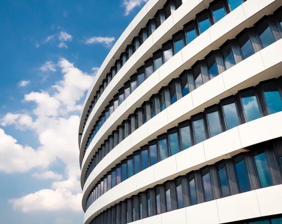 """Динамичните фасади са бъдещето на сградите - тяхната """"кожа"""", наподобявайки ролята на естествената кожа у живите организми. Тя се променя постоянно, ежечасно, даже ежеминутно, за да реагира на промените на външния свят – застудяването, силния вятър, знойния пек."""