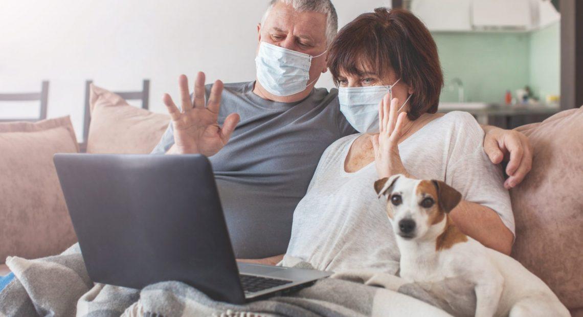 Възрастни хора по скайп