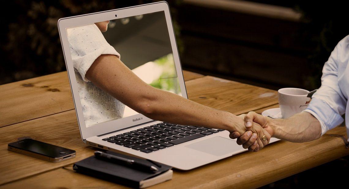 Днес около 20% от запознанствата се случват в интернет, онлайн. Поне така твърди статистиката, може и повече да са. А после, после какво се случва? Какво произтича от онлайн запознанствата?