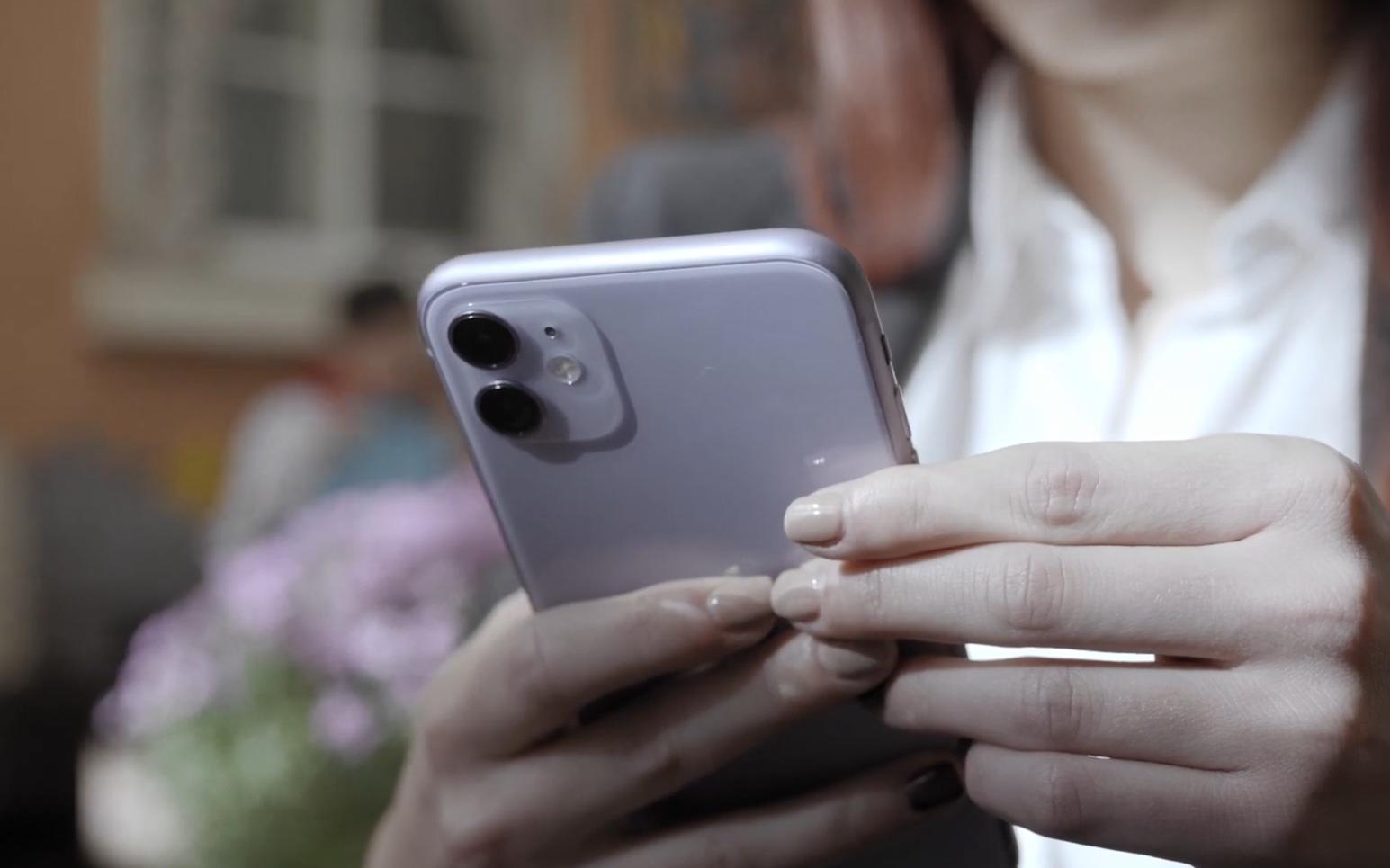 Представяме ви iPhone 11 - най-достъпният от новата серия смартфони на Apple. В случая обаче достъпен не значи семпъл - iPhone 11 идва с6-ядрен процесор Apple A13 Bionic, подобрени камери, солидна батерия и както винаги - уникален дизайн.