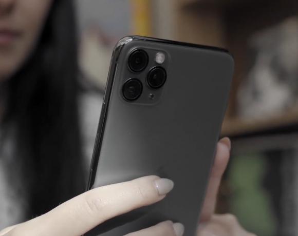 iPhone 11 Pro Max идва с амбицията да върне славата на камерите на Apple и има всички шансове да успее. Но само камерата ли е това, с което ще запомним топмодела? Категорично не. iPhone 11 Pro Max се отличава селегантен дизайн, с корпус от неръждаема стомана и закалено стъкло, с отлични дисплей, батерия и процесор.