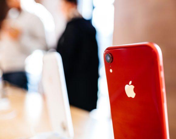 Представяме ви iPhone XR – най-новият член в семейството на iPhone, който ни дава достъп до последните смартфон иновации, но на по-достъпна цена. Следвайки традициите на американската марка, XR се отличава с изящен дизайн, изчистени линии и заоблени ъгли. Моделът идва с 6.1-инчов дисплей и се предлага в 6 нови цвята.