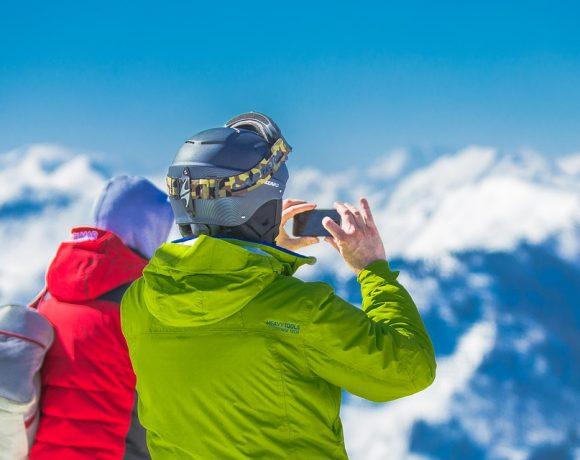 """Зимното снимане си има своите трудности. Например, студено е. Но за това има решение. Има и други трудности. Например, обичайно зимните снимки с много сняг изглеждат сивкави, """"глухи"""" и смотани - напук на сияйно-белия пейзаж, който сме искали да запечатаме в спомените си. Добре де, как да правим добри зимни снимки?"""