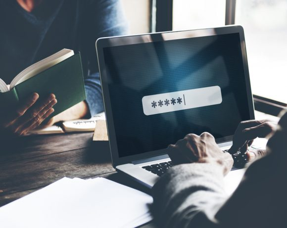 Дълго време мениджърите на пароли са представяни като най-доброто решение за масовия потребител. Те генерират много по-сложни пароли за различните акаунти на потребителя, а потребителя е нужно да помни само една парола. Останалите данни се криптират и не се споделят с никого и по никакъв начин. На теория.
