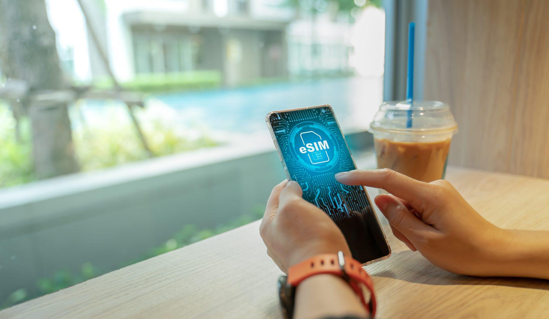 Когато преди няколко години започнаха да се срещат публикации за бъдещето на телефонията и използваните SIM карти, т.е. преносимите чипове с данни, които използваме, за да се свържем с телефонните мрежи посредством мобилните ни устройства, се появи терминът eSIM - модул, който да бъде вграден директно в устройствата.