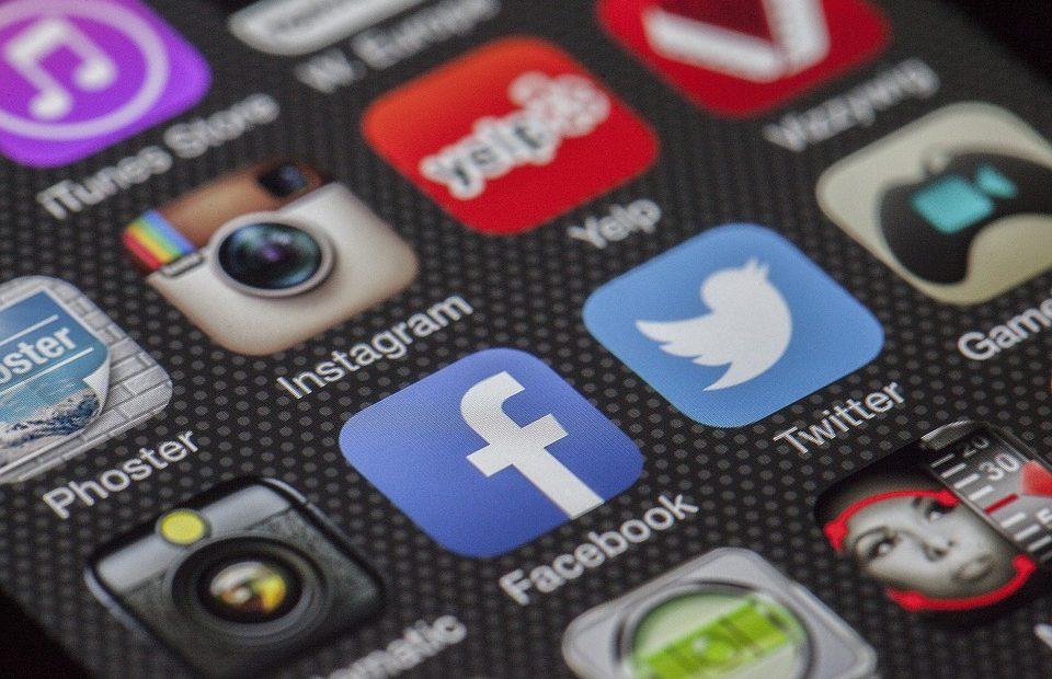 Добавяйки по 20 милиона души всеки месец, Facebook може да завърши 2017 г. с 2,1 милиарда потребители или близо 1/3 от населението на света.