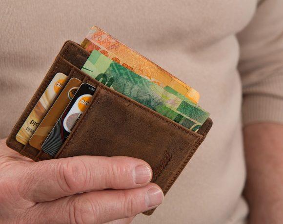 С карта или в брой: за и против двата начина за плащане